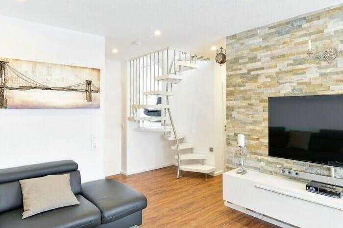 Kompakte Wendeltreppe erschließt Wohnraum