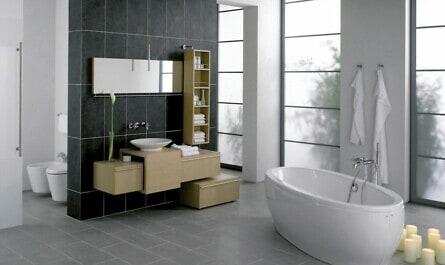 Badezimmer mit rutschhemmenden Fliesen
