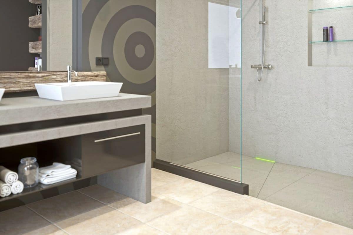 Bad mit Dusche mit Wandablauf