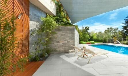 Feinsteinzeugplatten rund um Pool