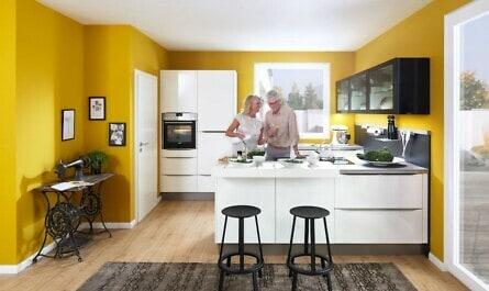 Paar in gelb-weißer Küche