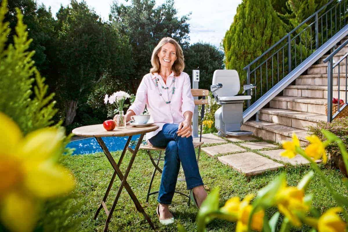 Frau im Garten mit Treppenlift