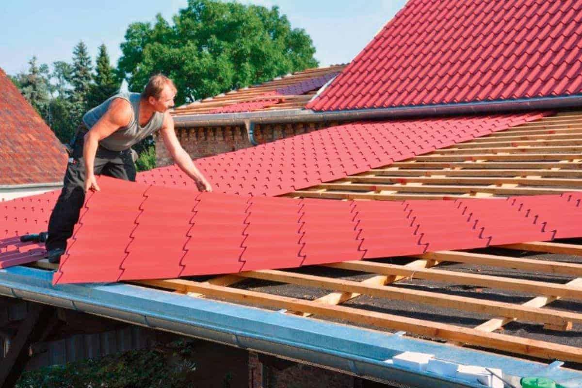 Dachdecker verlegt Dachplatten