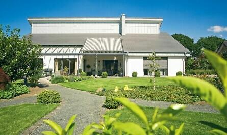 Haus aus Mauerwerk mit Garten