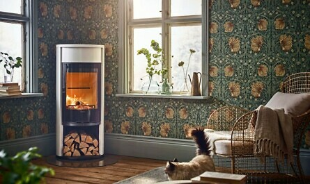Kaminofen vor Blumentapete mit Katze