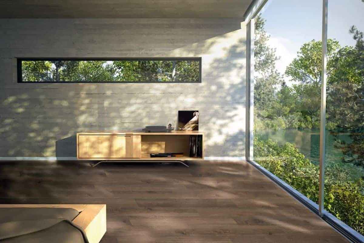 Raum mit Glasfassade und Holzboden