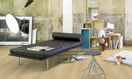 Wohnzimmer mit Boden in Holzoptik