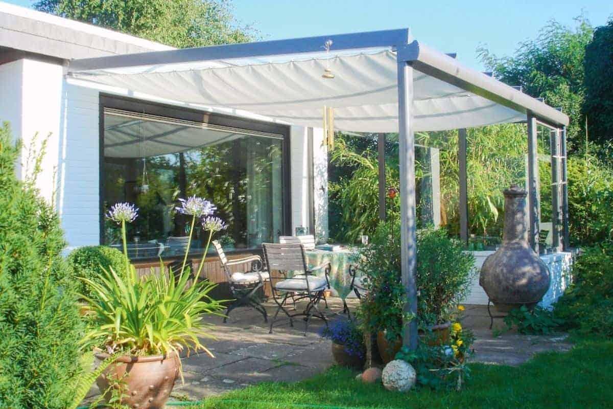 Seilspannmarkise spendet Schatten auf Terrasse