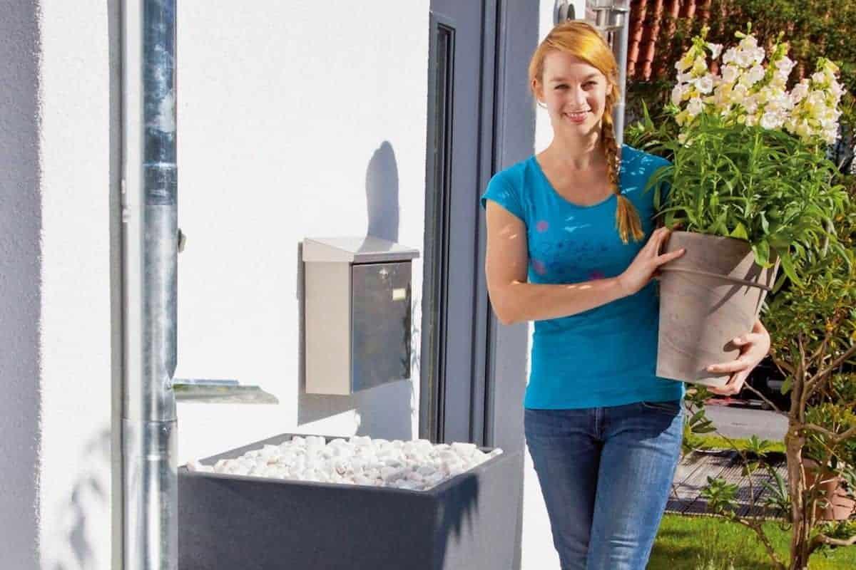 Wasserspeicher und Frau auf Terrasse