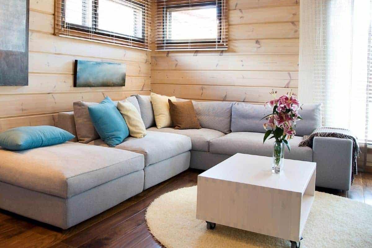 Wohnzimmer mit Couch in einem Holzhaus