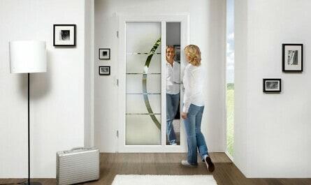 Frau öffnet Ganzglastür