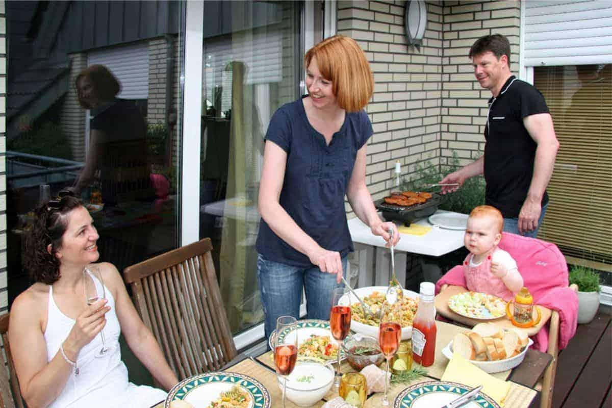 Familie beim Grillen auf der Terrasse
