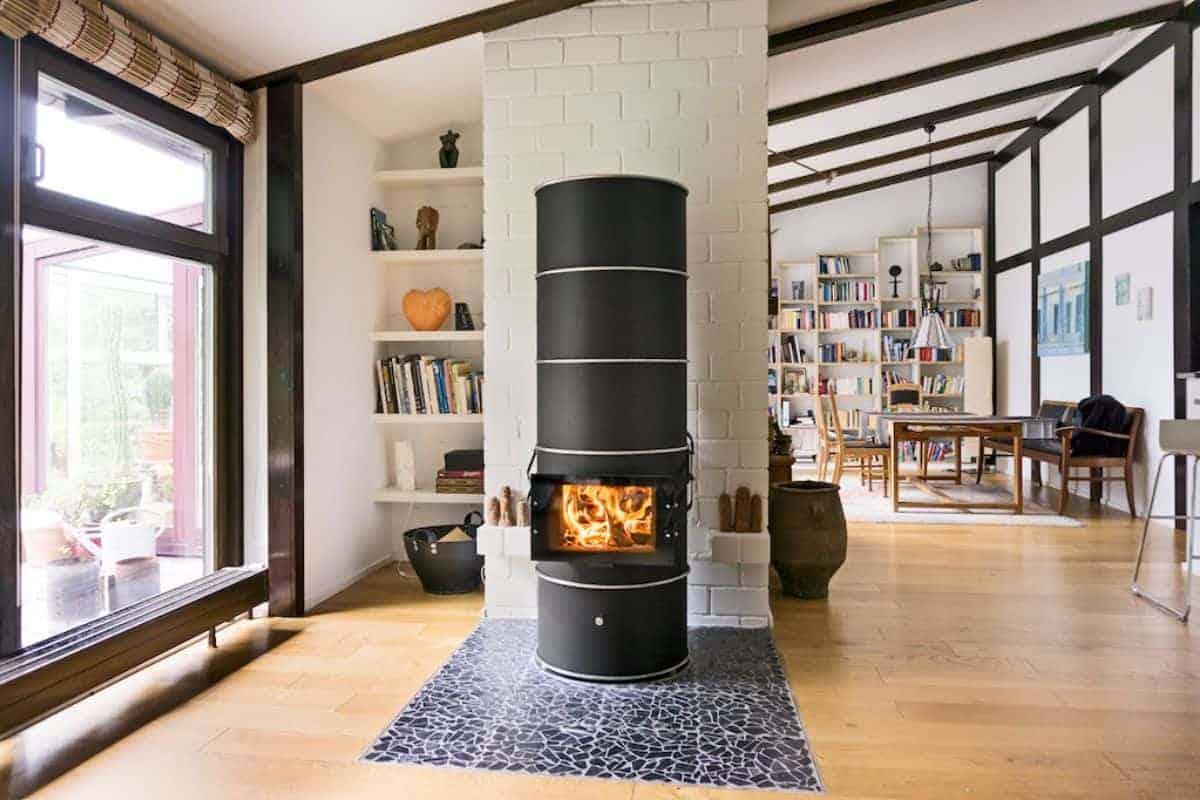 Moderner Ofen im Wohnzimmer