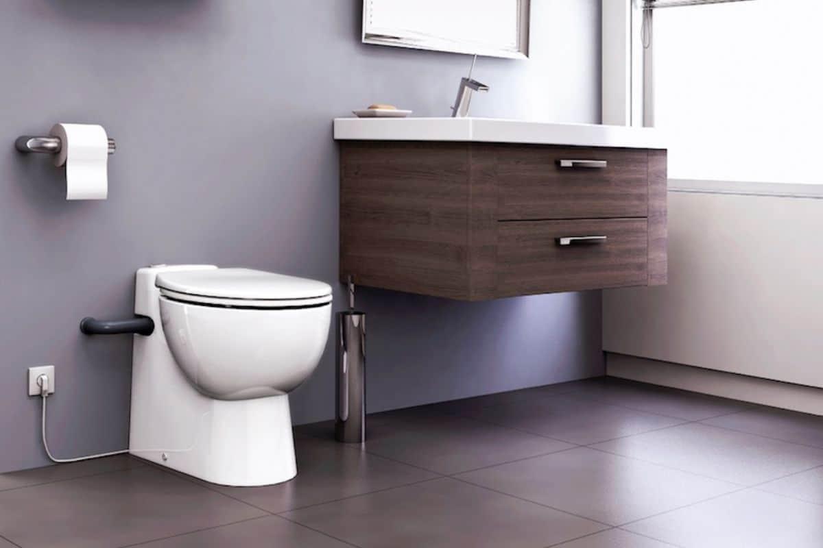 Platzsparende Toilette mit Hebeanlage