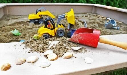 Sandkasten mit Bagger und Schaufel