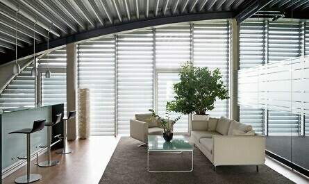 Foyer beschattet mit Rundrollläden