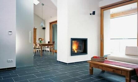 Wohnraum mit Bodenplatten aus Schiefer