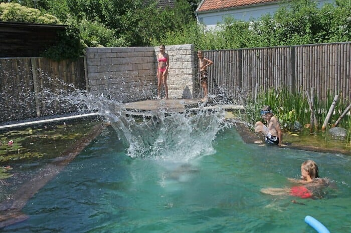 Schwimmbad mit biologischer Wasseraufbereitung