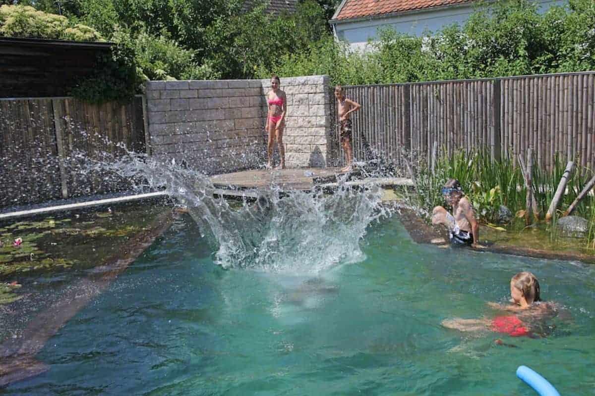 Kinder im natürlichen Schwimmteich