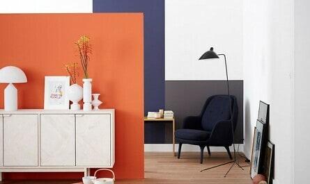Wohnraum mit Wand in orange und lila