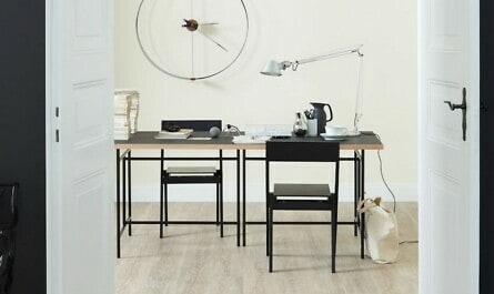 Arbeitszimmer mit pastellig weißer Wand
