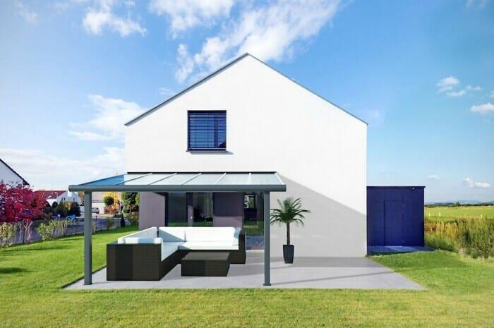 Terrassendach mit Solarkollektoren