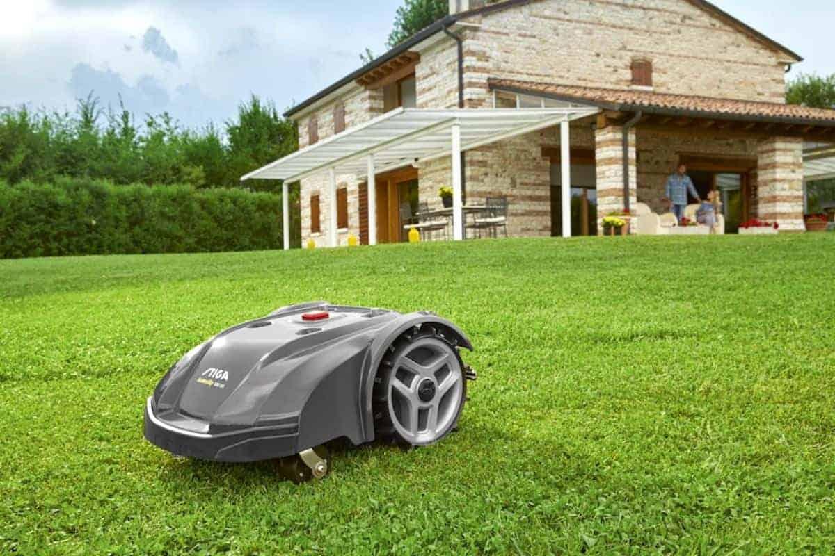 Robotermäher kürzt den Rasen