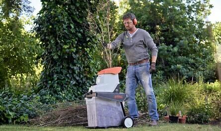 Mann macht Kompost bei der Gartenarbeit