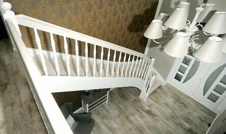 Weiße Treppe mit Handlauf mit Griffrille