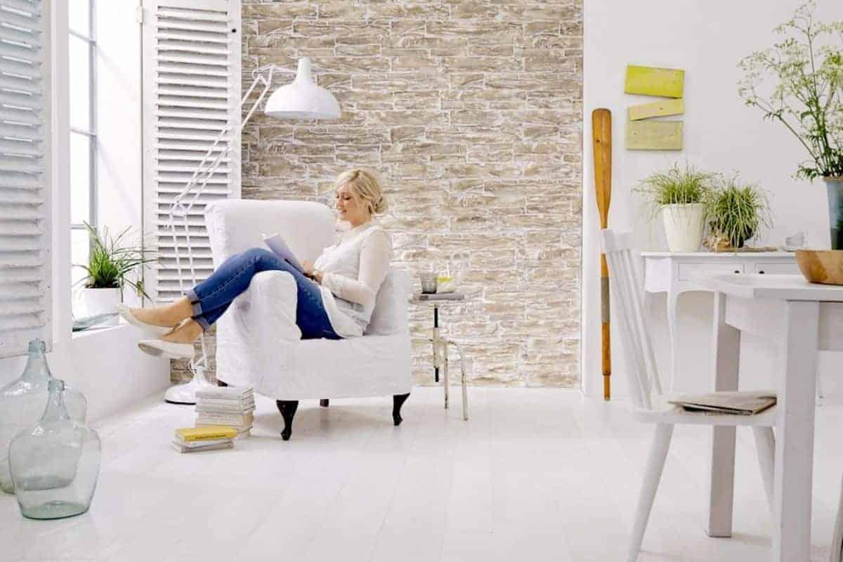 Betonwand in Natursteinoptik und Sessel