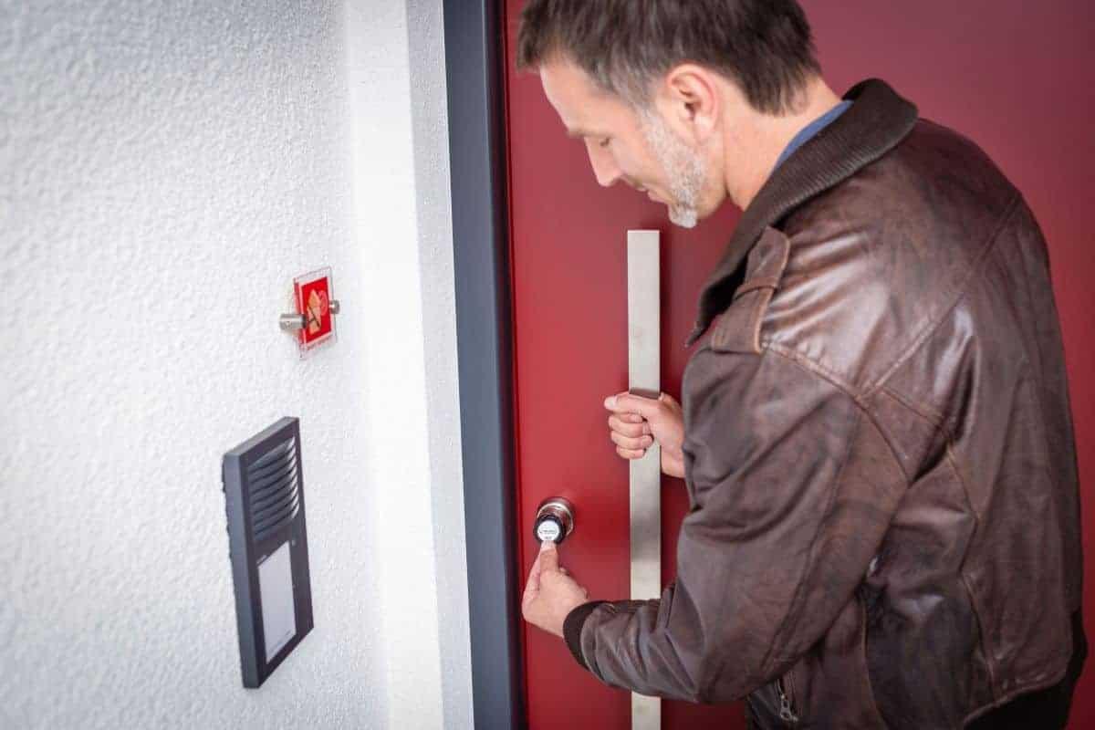 Mann öffnet Türe mit Diebstahlschutz