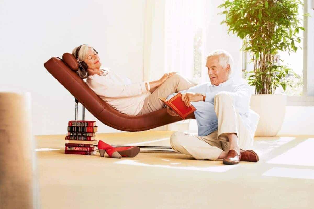 Senioren genießen Teppichboden