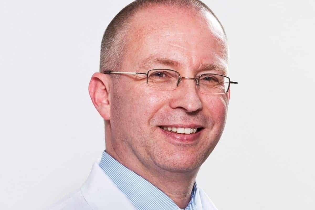Dr. Winkens untersucht Teppichboden