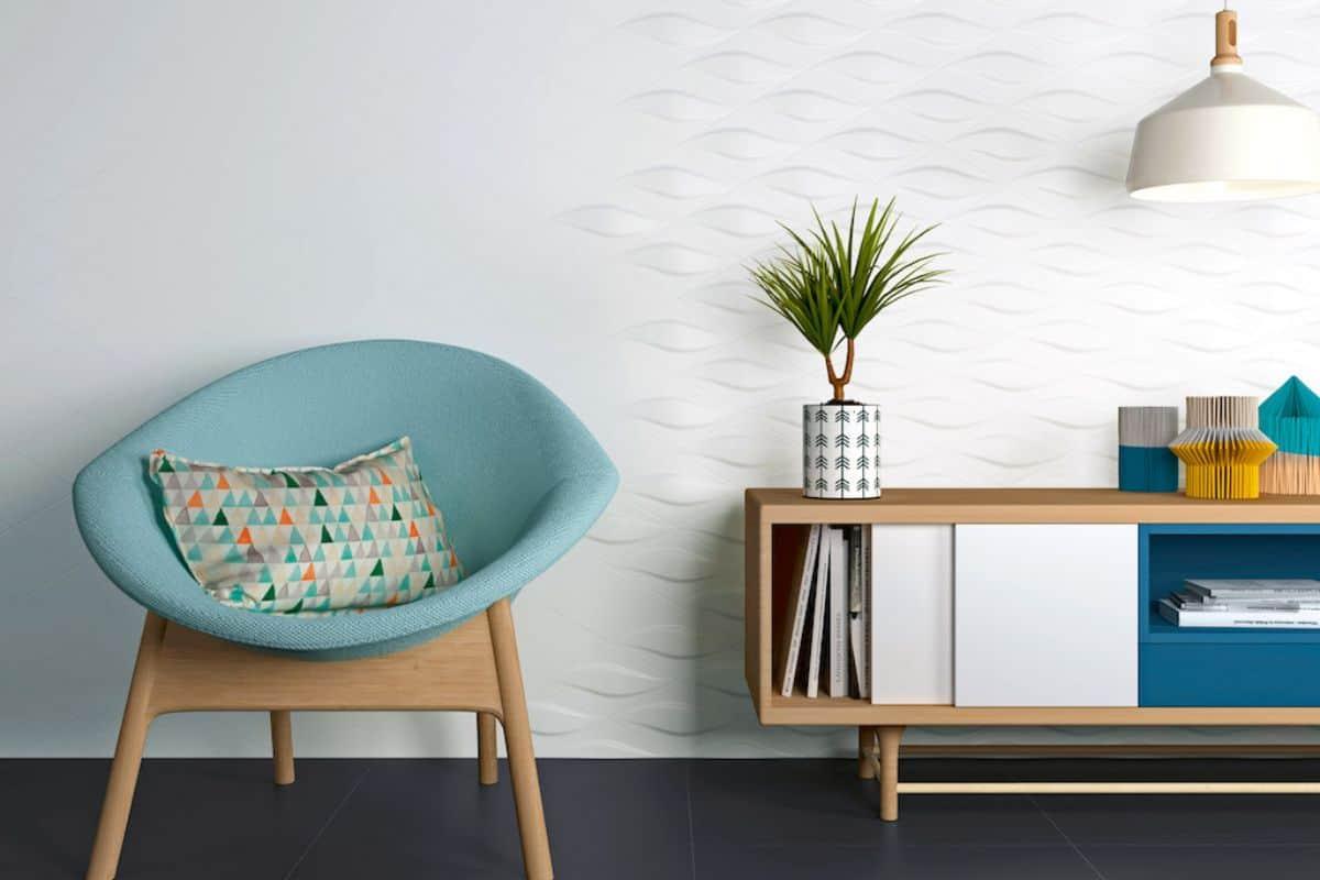 Sessel vor Wand mit 3D-Fliesen