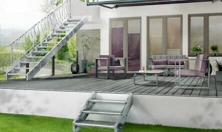 Treppe von der Terrasse ins Grün