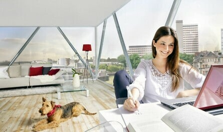 Frau im Haus mit Glasfassade