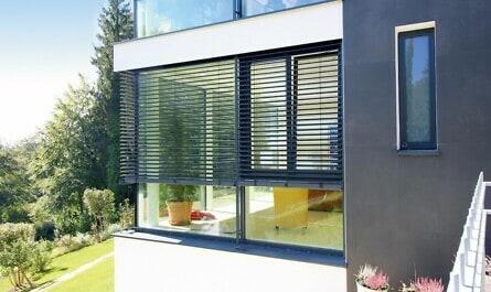Bodentiefe Glasfronten in Fassade