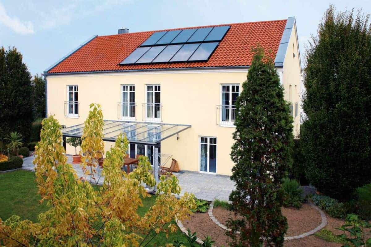 Wohnhaus mit Solaranlage auf dem Dach