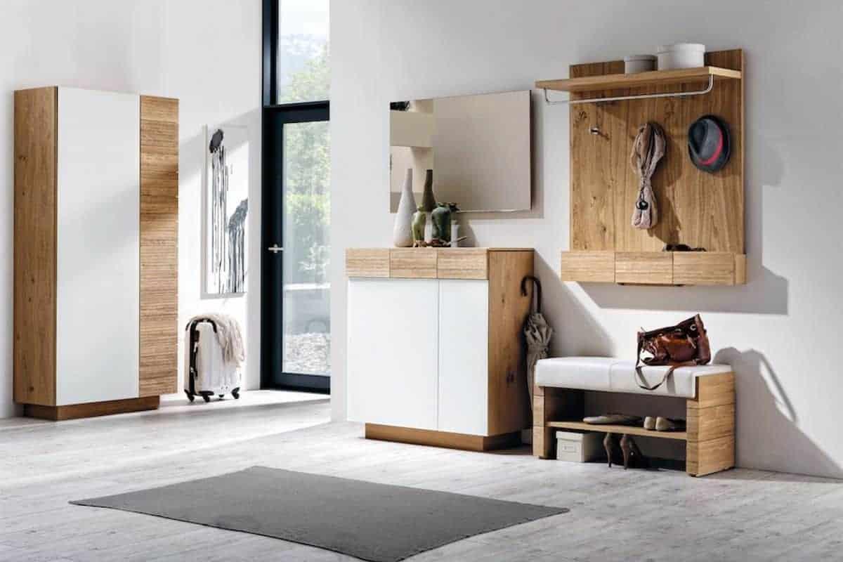 Holzmöbel mit Glas im Flur