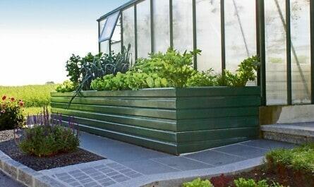 Hochbeet mit Salat und Gemüse
