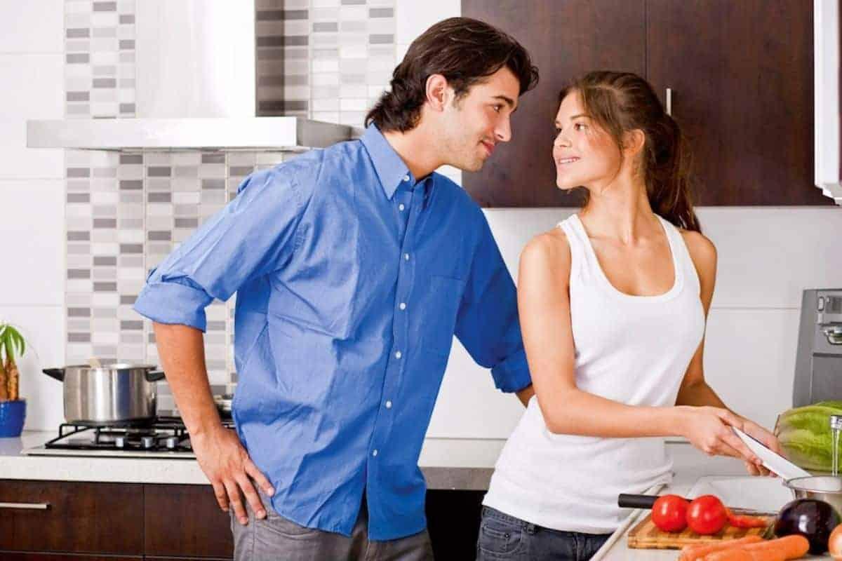 Paar beim Kochen in der Küche