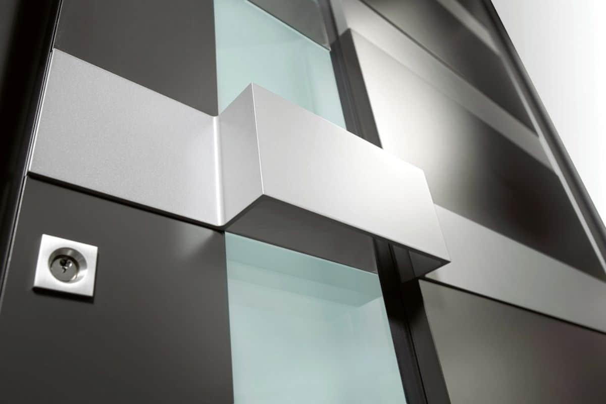 Haustür mit elegantem Lichtausschnitt