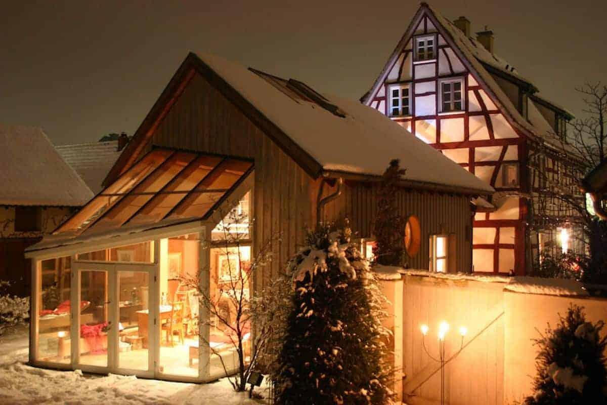 Gemütlicher Wintergarten im Schnee