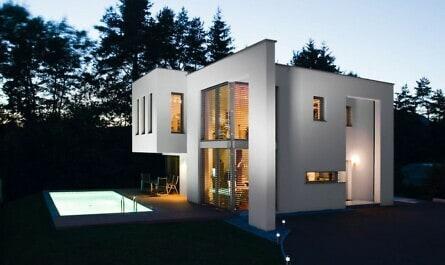 Modernes Wohnhaus mit Flachdach und Pool