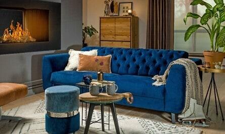 Blaues Chesterfield-Sofa im Wohnzimmer