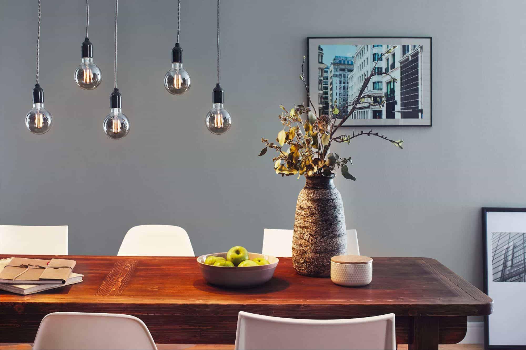 Leuchtmittel im Vintage-Stil über Esstisch