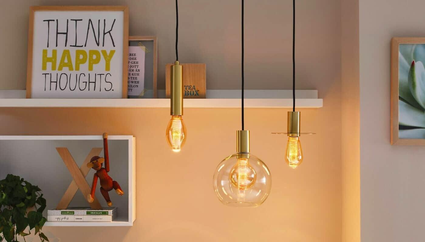 Moderne Leuchtmittel vor Dekoration
