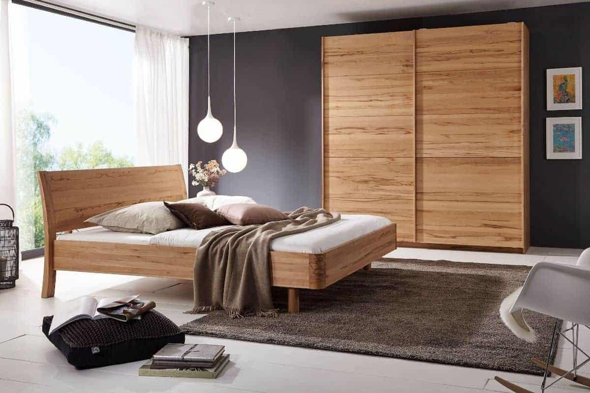 Massive Möbel aus Holz im Schlafzimmer