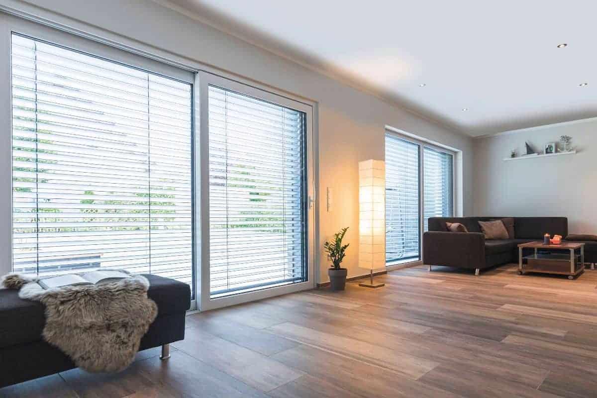 Wohnzimmer mit großer Glasfläche