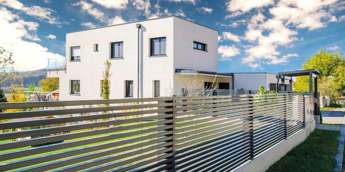 Aluminiumzaun vor modernem Wohnhaus